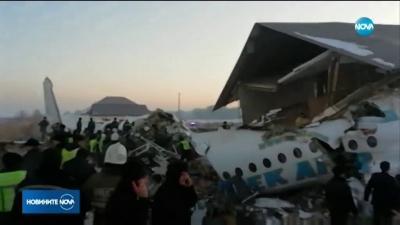 Самолет с около 100 човека на борда падна върху къща